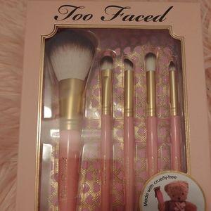🐻NWT Too Faced Teddy Bear Brush Set